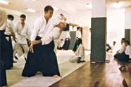 Doshu Moriteru Ueshiba et Daniel Jean Pierre en 1981 au Hombu dojo de Tokyo