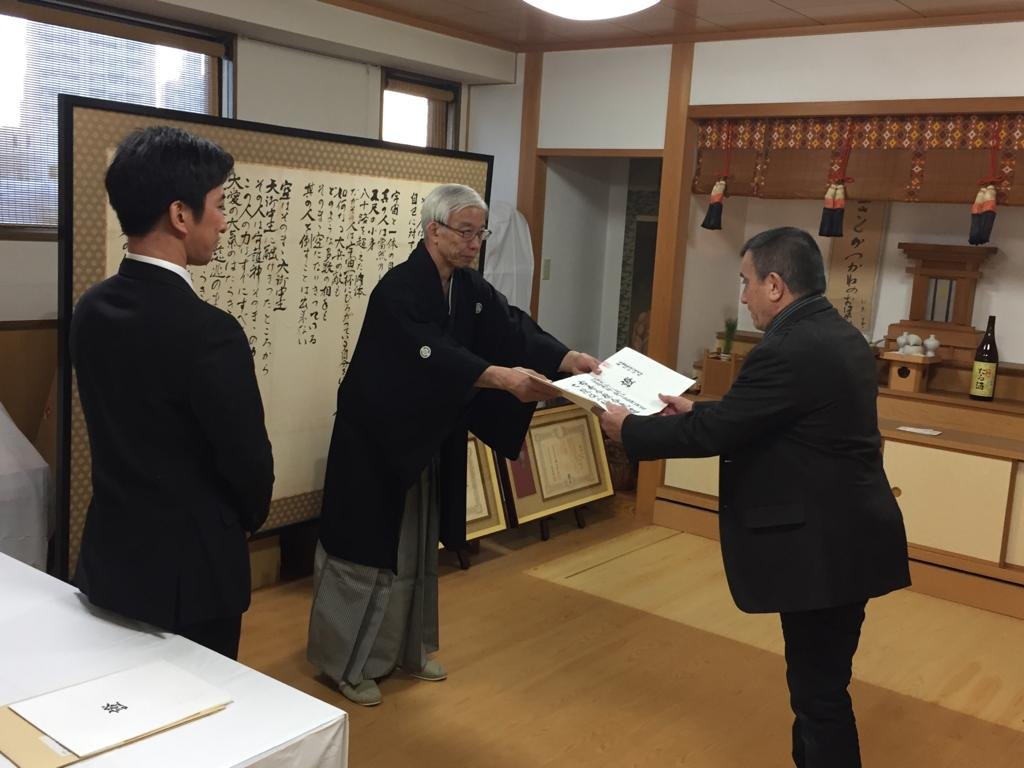 Doshu Moriteru Ueshiba remettant à Daniel JEAN PIERRE le grade de 7e Dan